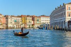 Venise, Italie : Gondolier sur Grand Canal près de poissonnerie de Rialto image libre de droits