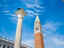 Venise, Italie, grand-angulaire superbe de la colonne de tour et de lion de Bell de St Mark image stock