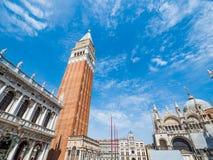 Venise, Italie, grand-angulaire superbe de la place Piazza San Marco du ` s de St Mark avec la vue de la cathédrale et de la tour image libre de droits