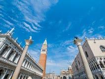 Venise, Italie, grand-angulaire superbe de la place Piazza San Marco du ` s de St Mark avec la vue de la cathédrale et de la tour photo stock