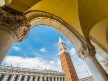 Venise, Italie, grand-angulaire superbe de la place Piazza San Marco du ` s de St Mark avec la vue de la tour de Bell de St Mark photos stock