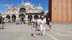Venise, Italie - 7 juillet 2018 : vue de fille heureuse d'homme et d'enfant, touristes, tenant des mains, danse, ayant l'amusemen banque de vidéos