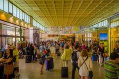 VENISE, ITALIE - 18 JUIN 2015 : Aéroport vénitien du bâtiment à l'intérieur, des personnes portant leurs sacs et marchant tous Image libre de droits
