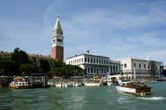 Venise, Italie - 21 juin 2010 : Bateaux et canots automobiles dans le canal de Giudecca dans la ville italienne de Venise Image stock