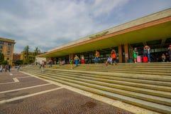 VENISE, ITALIE - 18 JUIN 2015 : Touristes et passagers waitting en dehors de l'aéroport de Venise, aéroport serré en été Photo libre de droits