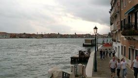 VENISE, ITALIE, LE 7 SEPTEMBRE 2017 : Une belle vue du remblai de Venise sur le canal de Gande, les eaux dont soyez clips vidéos