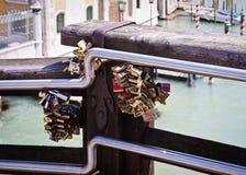 Venise, Italie - les cadenas d'amour ont fermé à clef au pont d'Accademia Images libres de droits