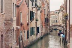 VENISE, ITALIE - 17 MARS 2016 Canal et bateaux urbains là-dessus, un jour sombre à Venise, l'Italie filtre de vintage Images stock