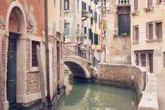 VENISE, ITALIE - 17 MARS 2016 Canal et bateaux urbains là-dessus, un jour sombre à Venise, l'Italie filtre de vintage Photographie stock libre de droits