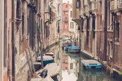 VENISE, ITALIE - 17 MARS 2016 Canal et bateaux urbains là-dessus, un jour sombre à Venise, l'Italie filtre de vintage Image stock