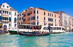 VENISE, ITALIE - MARS 28,2015 : Gondols chez Campanile di San Marco en Italie le 28 mars 2015 à Venise, Italie Images stock