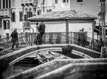 Venise, Italie - 28 mars 2016 : Le couple dans l'amour se réunit sur le smal Photos stock