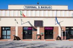 VENISE, ITALIE - MARS 28,2015 : Terminal S Basilo du port de Venise Le port de Venise est le passage européen pour le flo commerc Photo libre de droits