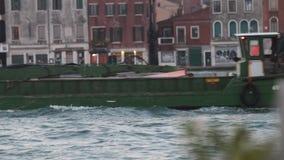 Venise, Italie - 13 novembre 2018 Bateau vert pour le transport de l'eau au canal dans la lumière arrière de coucher du soleil banque de vidéos