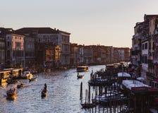 VENISE, ITALIE - 27 OCTOBRE 2016 : Canal grand célèbre de pont de Rialto sur le coucher du soleil à Venise, Italie image libre de droits