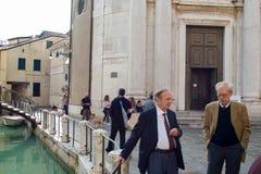 VENISE, ITALIE - 7 OCTOBRE 2017 : Homme deux italien plus âgé parlant sur la rue Photo libre de droits