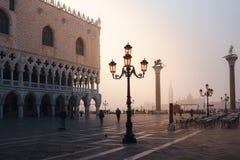 VENISE, ITALIE - 6 OCTOBRE 2017 : Tourits sur la place de San Marco au lever de soleil image stock