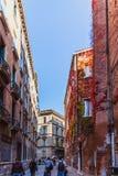 VENISE, ITALIE - OKTOBER 27, 2016 : Les gens sur la rue à Venise, Italie images stock