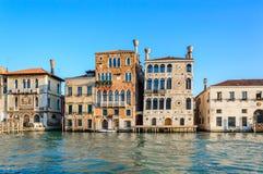 Venise, Italie : palais vénitiens - Palazzo Salviati et Dario - vue de Grand Canal images stock
