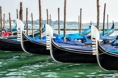 Venise, Italie Rétro transport, détails Pilier avec de vieilles gondoles en bois noires Le remblai de Grand Canal photo libre de droits