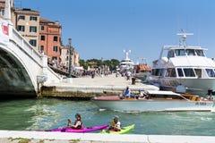 Venise, Italie - touristes avec les canoës colorés photographie stock libre de droits