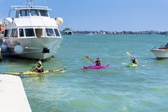 Venise, Italie - touristes avec les canoës colorés photos libres de droits