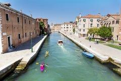 Venise, Italie - touristes avec les canoës colorés photographie stock