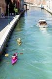 Venise, Italie - touristes avec les canoës colorés image libre de droits
