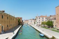 Venise, Italie - touristes avec les canoës colorés photo libre de droits