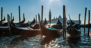 Venise, Italie Vues étonnantes du canal grand pendant le matin Gondoles au pilier Images stock