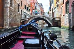 VENISE 15 JUIN : Gondole sur le canal vénitien le 15 juin 2012 à Venise, Italie. Photo stock