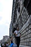 VENISE 15 JUIN : Le gondolier court la gondole avec le groupe de touristes sur le canal vénitien le 15 juin 2012 à Venise, Italie. Photos stock
