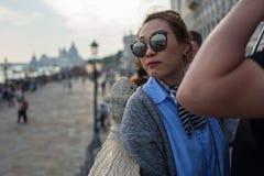 Venise - 4 octobre : Les touristes asiatiques inconnus font un selfie devant le dei célèbre Sospiri de Ponte jeter un pont sur le photographie stock libre de droits