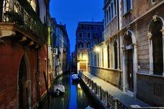 Venise par la nuit - vue d'un canal, Venezia, Italie photos stock