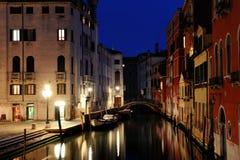 Venise par la nuit - vue d'un canal, Venezia, Italie photo stock