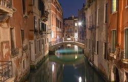 Venise - regardez le canal dans le crépuscule Photographie stock libre de droits