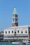 Venise, VE - Italie 14 juillet 2015 : Palais des Doges et Bell Photos libres de droits