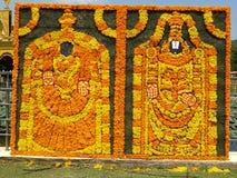 Venkateswara tradicional hindu do senhor do deus e sua esposa feitos com flores fotos de stock royalty free