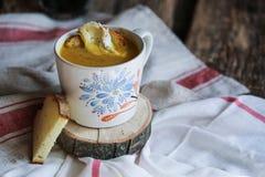 Venkelpompoen en de soep van de linzekurkuma Royalty-vrije Stock Foto