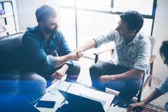 Vennootschap bedrijfshanddruk Foto twee bemant handenschuddenproces Succesvolle overeenkomst na grote vergadering horizontaal royalty-vrije stock afbeeldingen