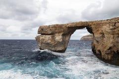 Venster Azuurblauw op Middellandse Zee op Malta in winderige voorwaarden, royalty-vrije stock foto's