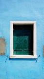 Venster in Burano op blauwe bederfmuur royalty-vrije stock afbeelding