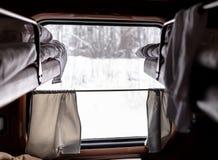 Venster in de trein in het compartiment royalty-vrije stock fotografie