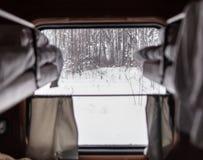 Venster in de trein in het compartiment stock foto's