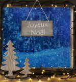 Venster, de Winterbos, Joyeux Noel Means Merry Christmas royalty-vrije stock fotografie
