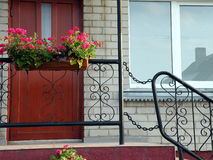 Venster, deuren en bloemen Royalty-vrije Stock Foto
