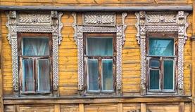 Venster drie op een gele houten muur Royalty-vrije Stock Fotografie
