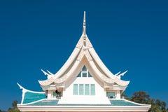 Venster in een dak tegen blauwe hemel met driehoeksvorm in Thaila Stock Fotografie