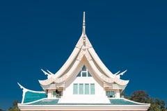 Venster in een dak tegen blauwe hemel met driehoeksvorm in Thaila Royalty-vrije Stock Foto's