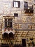 Venster en balkon in de binnenplaats van het kasteel in Cesky Krumlov Royalty-vrije Stock Foto's